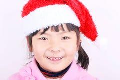 Muchacha de Asia con el sombrero de la Navidad imagenes de archivo