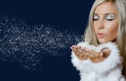 Muchacha de Attracive en nieve que sopla del paño de santa Fotos de archivo libres de regalías