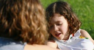 Muchacha de B que habla con la muchacha de A al aire libre metrajes