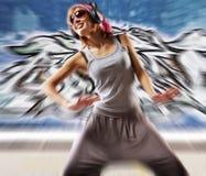 Muchacha de baile con estilo contra la pared abstracta Imagen de archivo