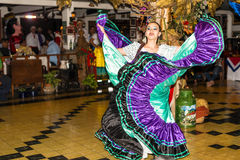 Muchacha de baile en el baile tradicional del traje en la demostración, costa R Fotografía de archivo libre de regalías