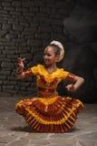 Muchacha de baile india en la piedra Imagenes de archivo