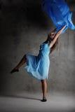 Muchacha de baile moderna joven en alineada colorida Imagenes de archivo