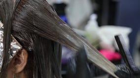 Muchacha de Barber Dyeing Coloring Hair Woman, cuidado del cabello de la preparación metrajes