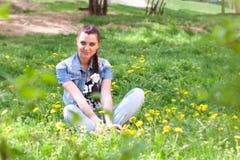 Muchacha de Beatuful en el jardín Fotos de archivo libres de regalías