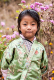 Muchacha de Bhuranese en traje tradicional colorido Fotografía de archivo