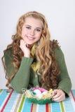 Muchacha de Blondie con los huevos y el gatito-sauce de Pascua Fotos de archivo