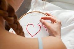 Muchacha de bordado Imagen de archivo libre de regalías