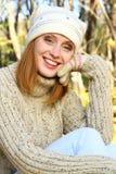 Muchacha de Brown en las risas del bosque del otoño Imagen de archivo libre de regalías