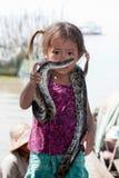 Muchacha de Camboya con la serpiente Fotos de archivo