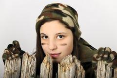 Muchacha de Camo detrás de una cerca Fotos de archivo