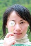 Muchacha de China con el diente de león Fotos de archivo libres de regalías