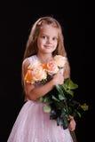 Muchacha de cinco años con un ramo de flores Imagen de archivo libre de regalías