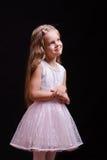 Muchacha de cinco años en un blanco de vestido hermoso Imagenes de archivo