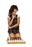 Muchachade Cleverque juega el pensamiento del ajedrez Fotografía de archivo
