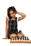Muchachade Cleverque juega el pensamiento del ajedrez Foto de archivo libre de regalías