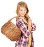 Muchacha de compras con la cesta de mimbre Imagenes de archivo