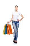 Muchacha de compras joven, atractiva y feliz con los bolsos Fotos de archivo libres de regalías