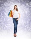 Muchacha de compras joven, atractiva y feliz con los bolsos Fotografía de archivo libre de regalías