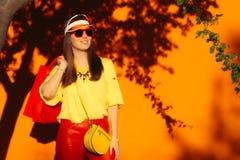 Muchacha de compras de la venta del verano con las gafas de sol y la visera Imagenes de archivo