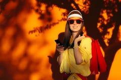 Muchacha de compras de la venta del verano con las gafas de sol y la visera Imágenes de archivo libres de regalías