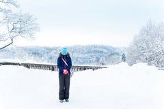Muchacha de congelación con gusto vestida en fondo congelado nevoso del arbolado Fotografía de archivo libre de regalías