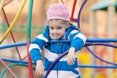 Muchacha de cuatro años preguntada provocativo en el patio Imagen de archivo libre de regalías