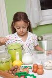 Muchacha de Cutee en cocina Fotos de archivo libres de regalías