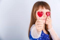 Muchacha de día de las tarjetas del día de San Valentín Foto de archivo