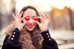Muchacha de día de las tarjetas del día de San Valentín en amor Imagen de archivo
