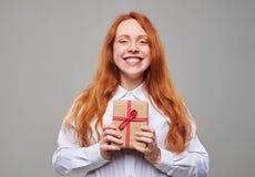 Muchacha de Delightedl con la actual caja Imágenes de archivo libres de regalías