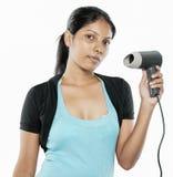 Muchacha de Desi que sostiene un secador de pelo Foto de archivo libre de regalías