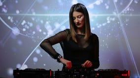 Muchacha de DJ en cubiertas en el club almacen de video