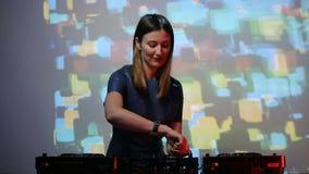 Muchacha de DJ en cubiertas en el club metrajes
