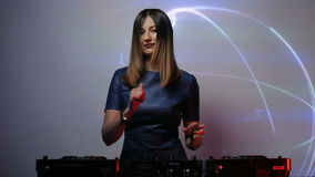 Muchacha de DJ en cubiertas en el club almacen de metraje de vídeo