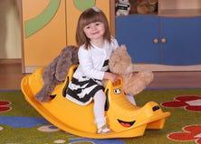 Muchacha de dos años que juega y que aprende en preescolar Fotografía de archivo
