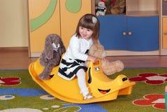 Muchacha de dos años que juega y que aprende en preescolar Imágenes de archivo libres de regalías