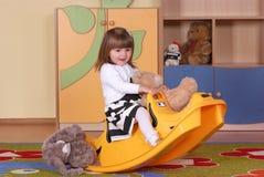Muchacha de dos años que juega y que aprende en preescolar Foto de archivo libre de regalías
