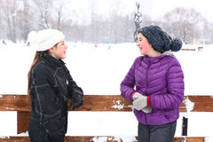 Muchacha de dos adolescentes en el fondo del blanco nevoso Fotografía de archivo