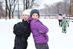 Muchacha de dos adolescentes en el fondo del blanco nevoso Imagenes de archivo