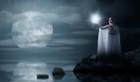 Muchacha de Elven con la estrella aislada en costa de mar Imagen de archivo