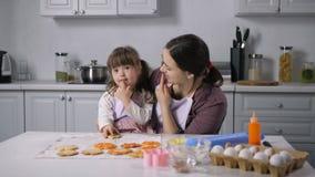 Muchacha de enseñanza del lenguaje corporal de la mamá con Síndrome de Down almacen de video