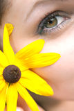Muchacha de flor amarilla Foto de archivo
