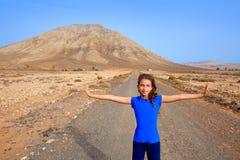 Muchacha de Fuerteventura en la montaña de Tindaya en el canario Imágenes de archivo libres de regalías