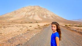 Muchacha de Fuerteventura en la montaña de Tindaya en el canario Fotografía de archivo