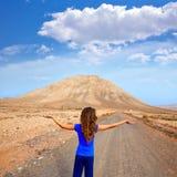 Muchacha de Fuerteventura en la montaña de Tindaya en el canario Foto de archivo libre de regalías