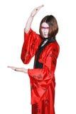 Muchacha de geisha joven hermosa en kimono con la espada Imagen de archivo