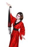 Muchacha de geisha joven hermosa en kimono con la espada Fotos de archivo