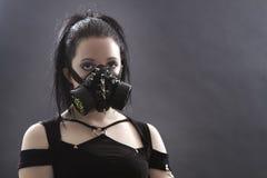 Muchacha de Goth con la careta antigás Imagen de archivo libre de regalías