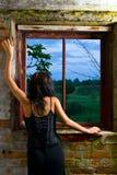 Muchacha de Goth en ventana Fotos de archivo